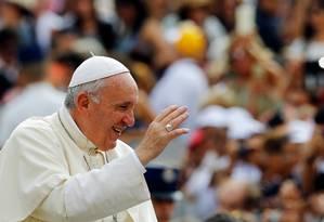 Papa Francisco acena para fiéis no Vaticano Foto: STEFANO RELLANDINI / REUTERS