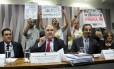O senador Cristovam Buarque (ao centro) é alvo de protestos durante audiência na Comissão de Educação do Senado