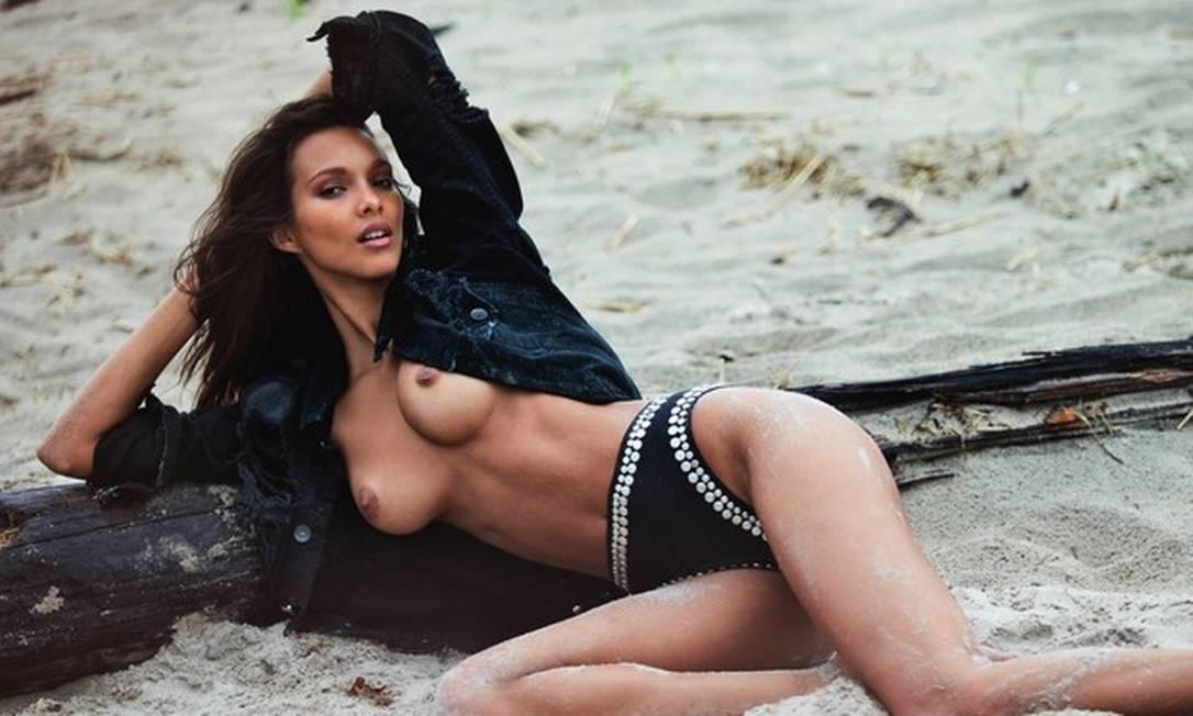 """Em alguns momentos, Laís aparece mais """"vestida"""", fazendo apenas um topless Reprodução/ Lui Magazine"""
