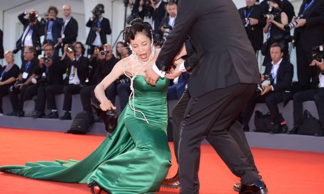 """Era para Alicia Vikander brilhar sozinha na exibição de """"A luz entre os oceanos"""", mas foi só uma convidada tomar um tombo para os fotógrafos esquecerem a vencedora do Oscar por um tempo no segundo dia do Festival, nesta quinta-feira FILIPPO MONTEFORTE / AFP"""
