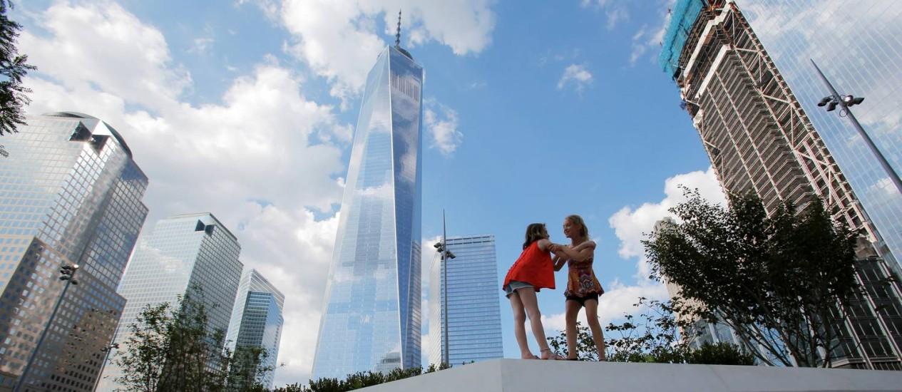 Crianças brincam no Liberty Park, aos pés do One World Trade Center: símbolo de uma Nova York em eterna renovação Foto: Andrew Kelly / Reuters