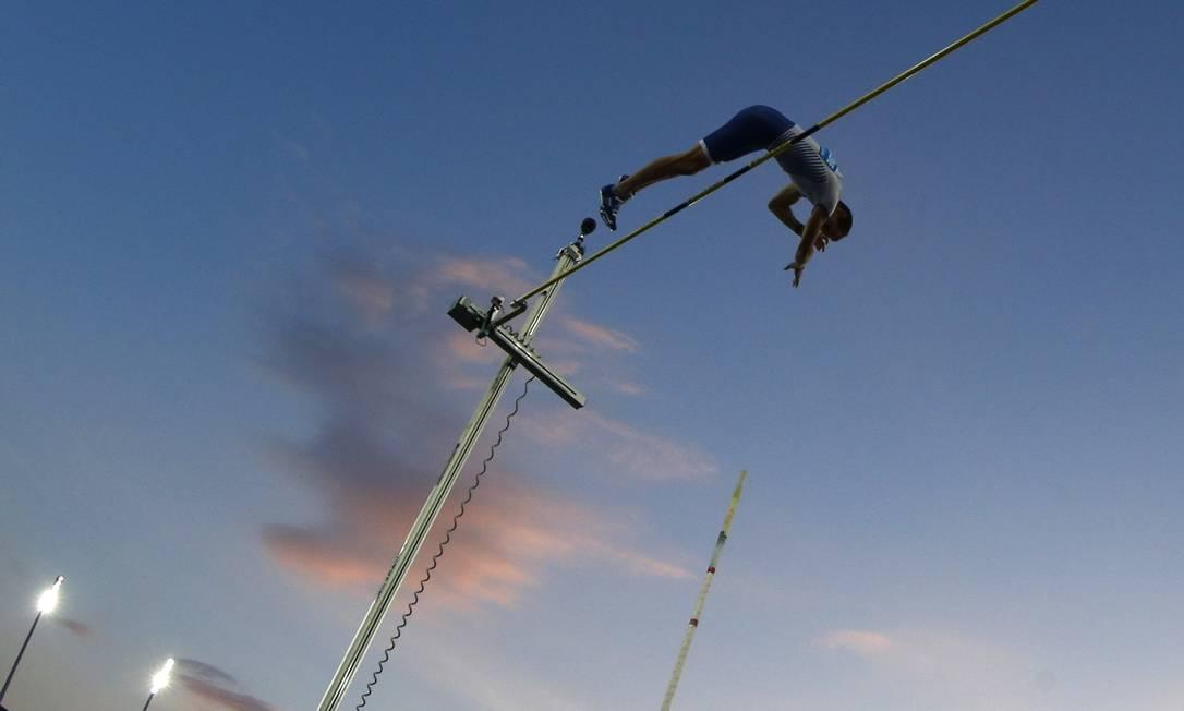Um ângulo diferente do salto do francês Renaud Lavillenie ARND WIEGMANN / REUTERS