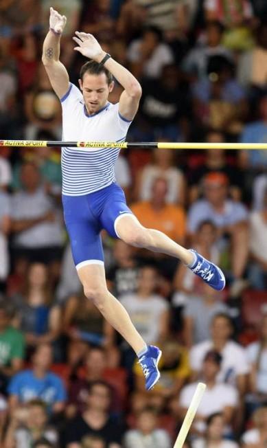 Renaud Lavillenie deixa para trás o sarrafo: salto de 5,90 em Zurique JEAN-CHRISTOPHE BOTT / ap