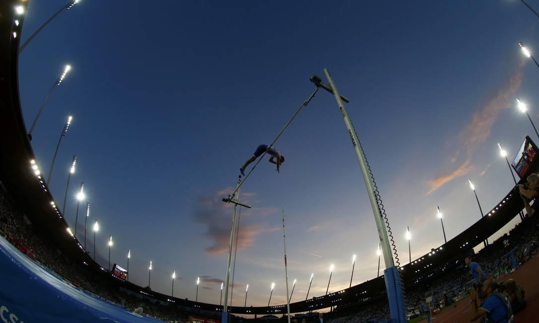 O francês Renaud Lavillenie em ação no salto com vara na etapa de Zurique da Liga Diamante ARND WIEGMANN / REUTERS