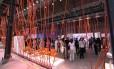 Cariocas, turistas e designers circulando entre as exposições de móveis