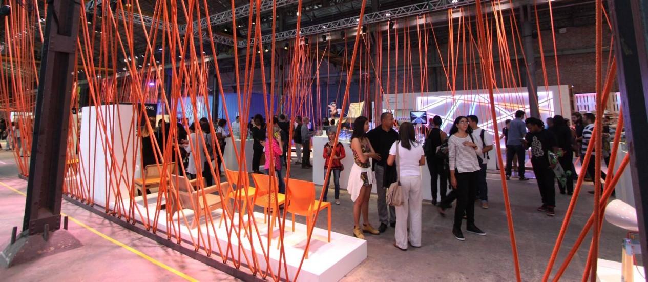 Cariocas, turistas e designers circulando entre as exposições de móveis Foto: Paulo Nicolella / Agência O Globo