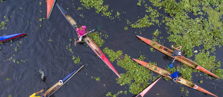As canoas coloridas tomam o Rio de Contas, celeiro de Isaquias Queiroz em Ubaitaba (BA) Foto: Daniel Marenco / Agência O Globo