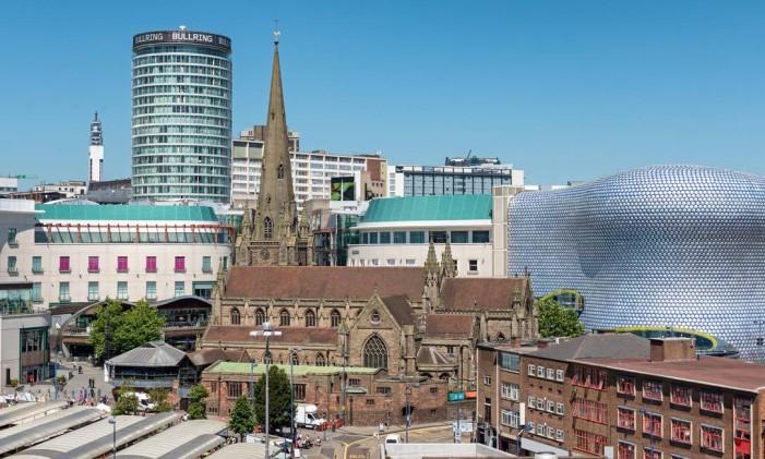 O shopping Bullring e a St. Martin Church, em Birmingham, na Inglaterra Foto: Booking.com / Divulgação