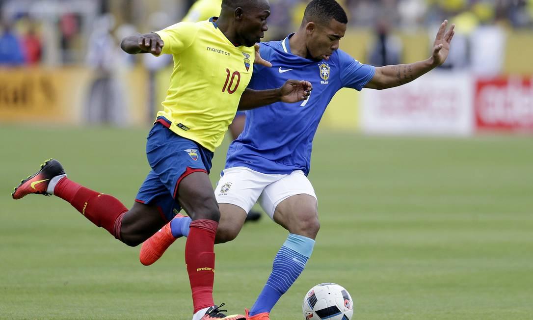 Ayovi e Gabriel Jesus disputam a bola no jogo entre Equador e Brasil em Quito Dolores Ochoa / AP