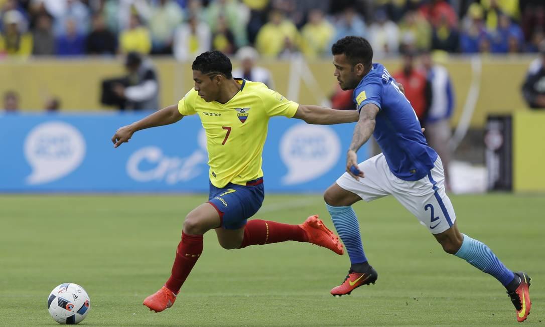 Daniel Alves marca em cima o equatoriano Jefferson Montero, na partida em Quito Ricardo Mazalan / AP