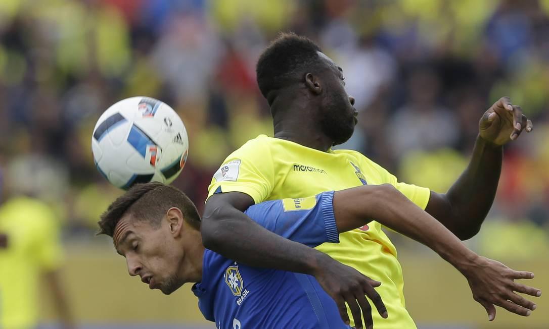 Brasileiro Marquinhos e Caicedo disputam a bola no Estádio Atahualpa Ricardo Mazalan / AP