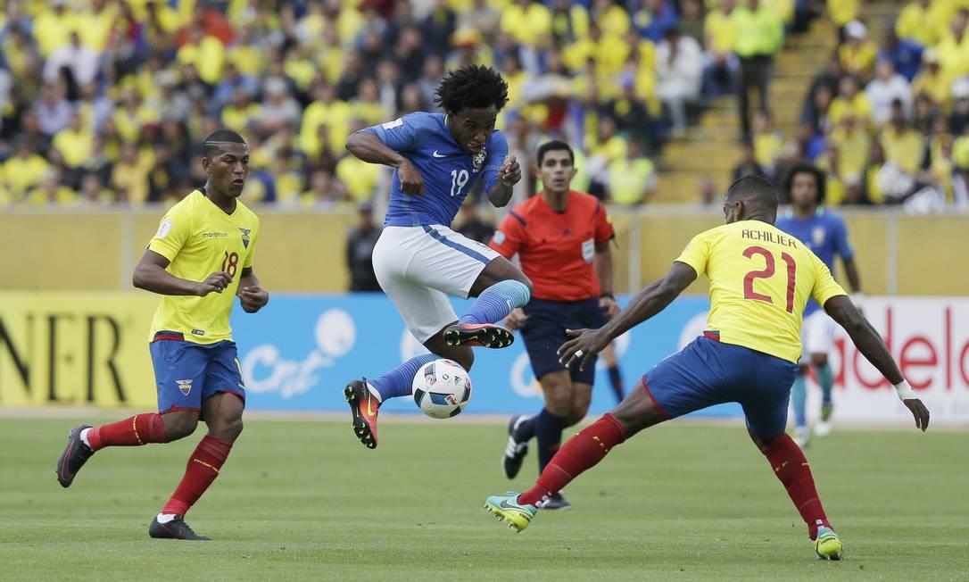 Willian tenta passar pela marcação de Achilier no jogo entre Brasil e Equador Dolores Ochoa / AP