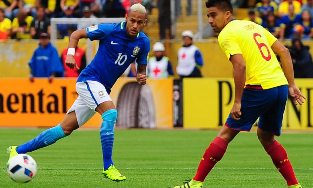 Neymar lança a bola, observado por Noboa JUAN CEVALLOS / AFP