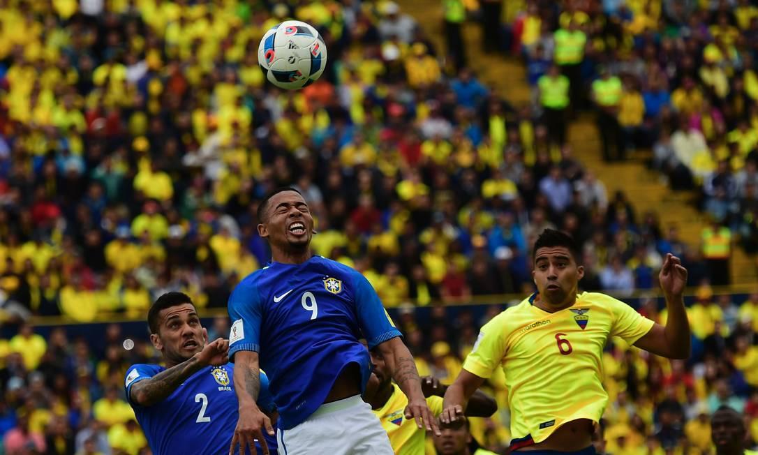 Daniel Alves e Gabriel Jesus disputam a bola com Noboa RODRIGO BUENDIA / AFP