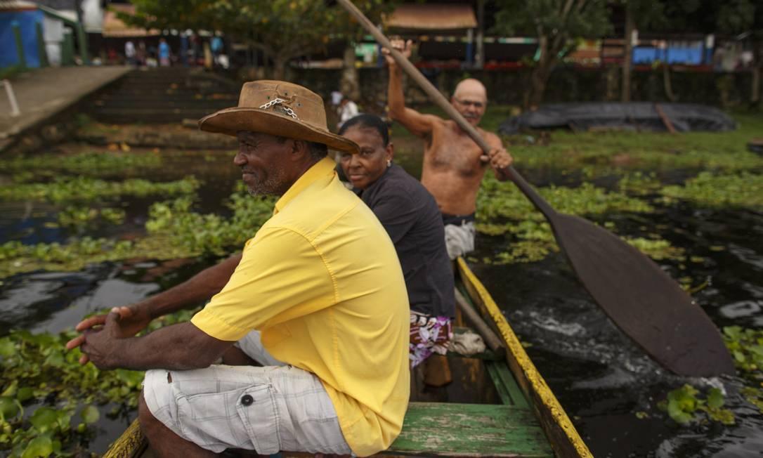 """Seu Litão Canoeiro (sem camisa) é o mais antigo na travessia do Rio de Contas. """"Estes garotos passam por mim num tiro só. Vi Isaquias começar aqui"""" Daniel Marenco / Agência O Globo"""