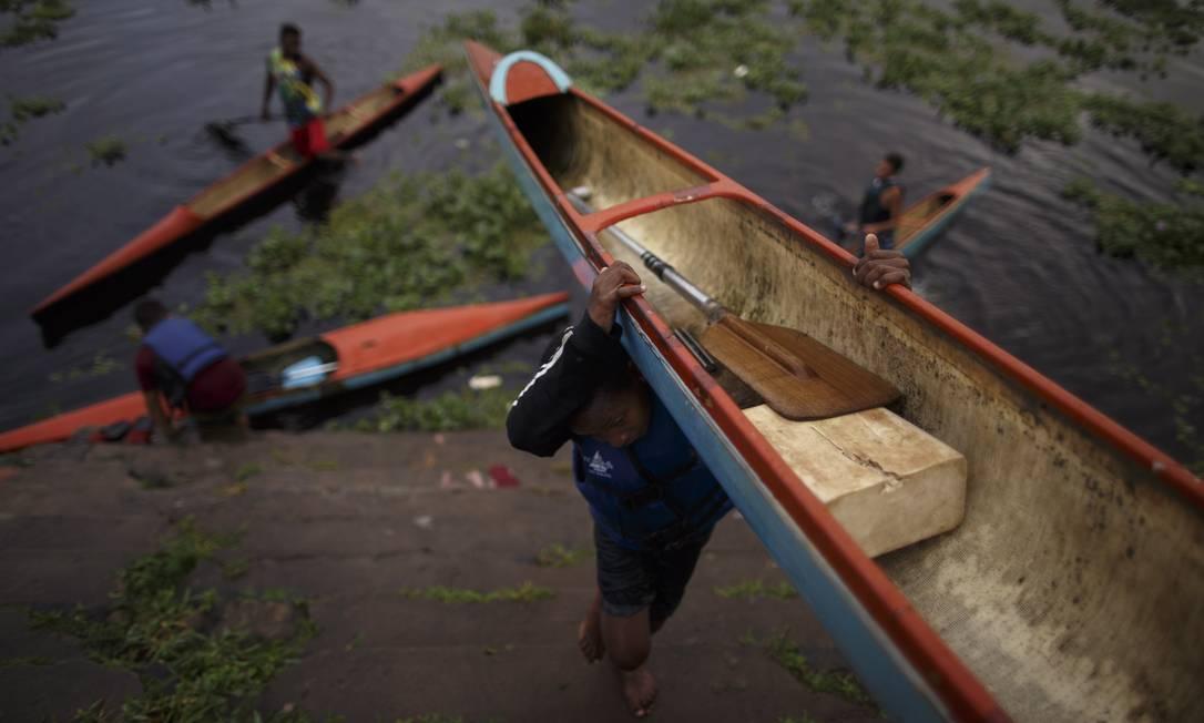 Remar de canoa no rio é algo que se começa desde cedo Daniel Marenco / Agência O Globo