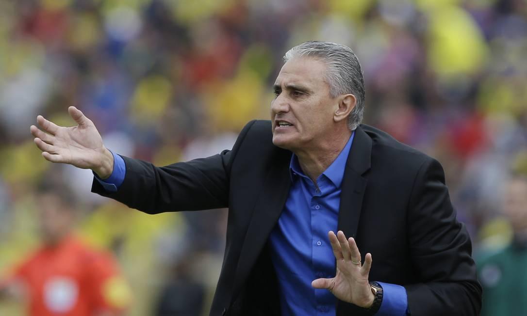 O estreante Tite orienta a seleção brasileira na partida em Quito Ricardo Mazalan / AP