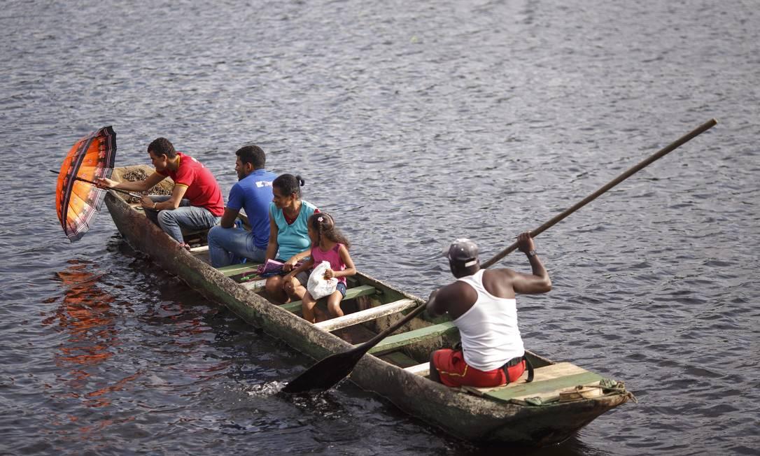 Família atravessa o Rio de Contas Daniel Marenco / Agência O Globo