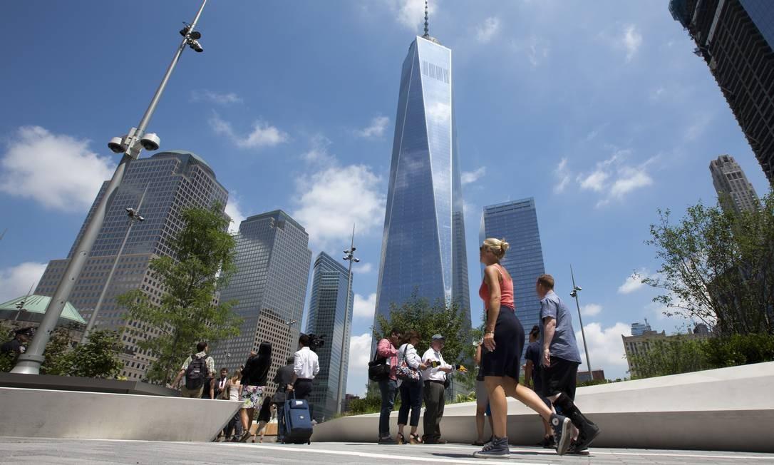 Visitantes caminham no Liberty Park, nova área verde de Lower Manhattan, inaugurado em 29 de junho aos pés da torre do One World Trade Center, um dos símbolos da renovação de Nova York Foto: Mary Altaffer / AP