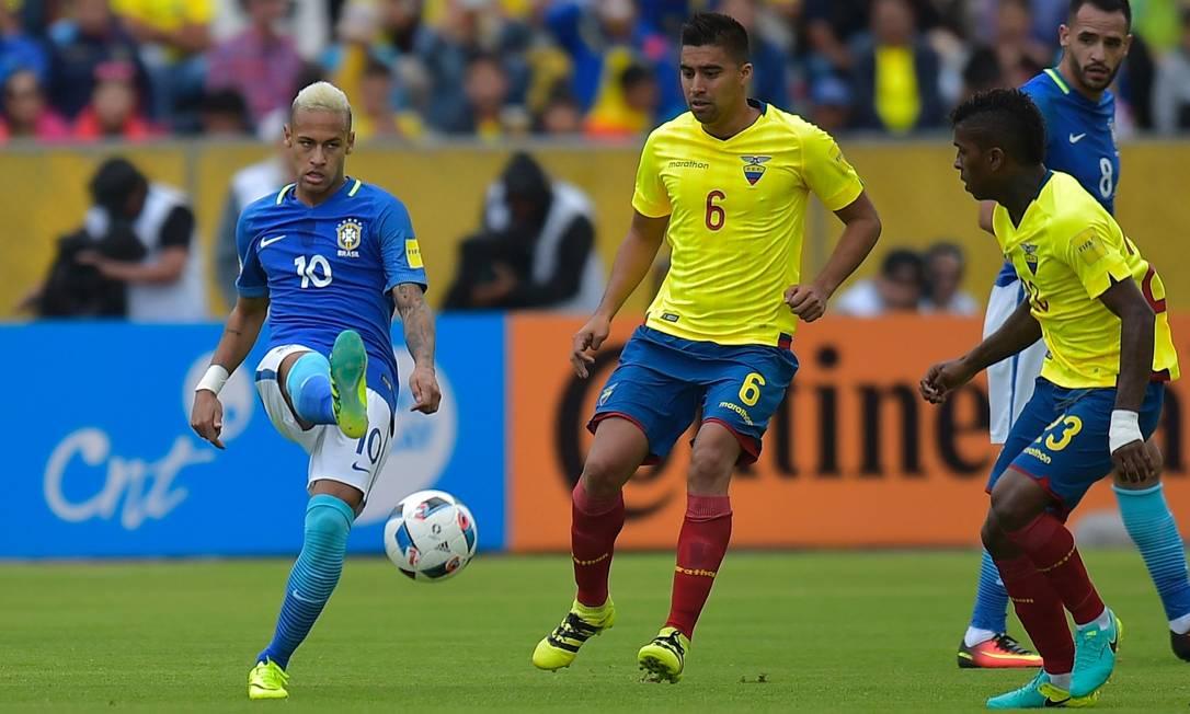 Neymar chuta a bola, observado por Noboa e Bolanos RODRIGO BUENDIA / AFP