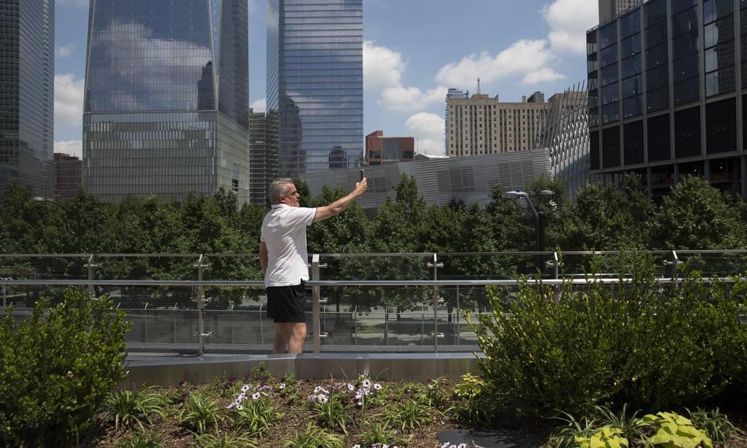 Homem tira uma selfie entre os jardins do Liberty Park, que tem quatro mil metros quadrados e fica no teto da entrada da garagem do complexo World Trade Center Foto: Mary Altaffer / AP