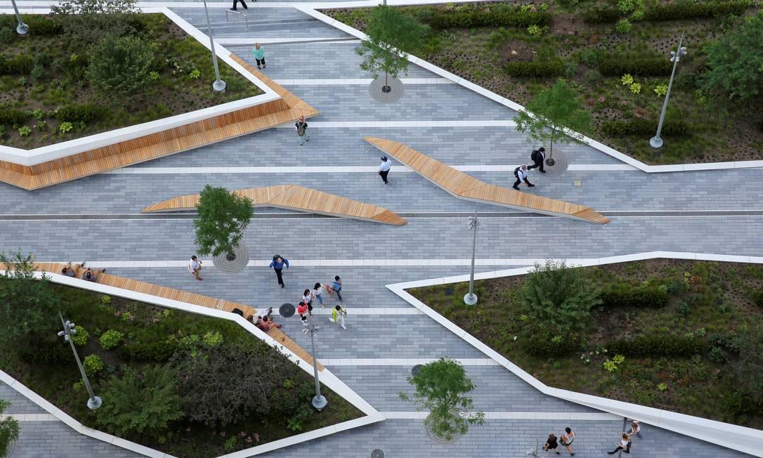 """O design curioso dos jardins e bancos do Liberty Park, que também já é chamado de """"High Line de Downtown NY"""", por estar a sete metros acima do nível da rua Foto: Andrew Kelly / Reuters"""