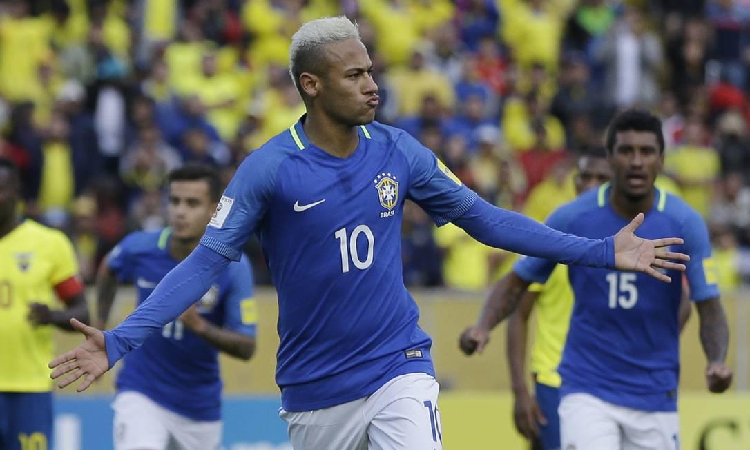 Neymar abre os braços para comemorar o primeiro gol do Brasil diante do Equador Ricardo Mazalan / AP