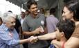 Pedro Paulo e Cidinha Campos cumprimentam frequentadores do Mercadão de Madureira em campanha pela prefeitura do Rio