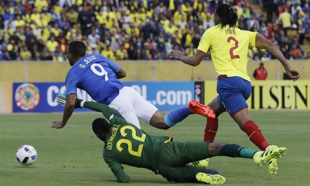 Gabriel Jesus sofre o pênalti que resultou no primeiro gol da vitória brasileira sobre o Equador Ricardo Mazalan / AP