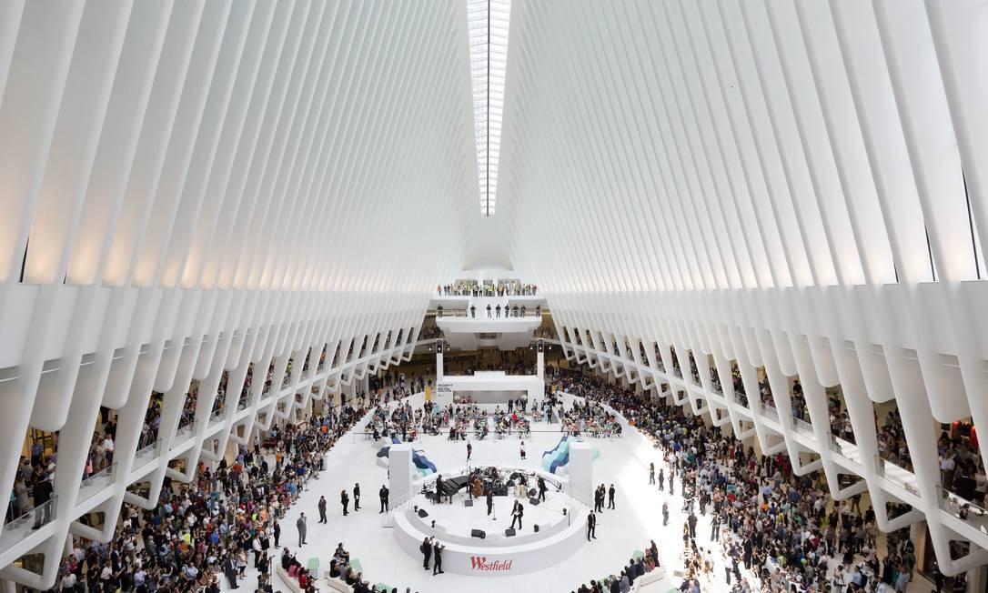 Interior do Westfield World Trade Center, shopping que funciona dentro do Oculus, e que abriu as portas em agosto Foto: Mark Lennihan / AP