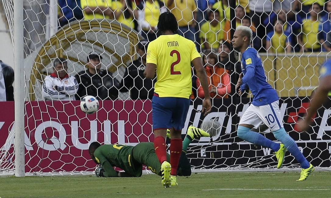 Neymar corre para comemorar o primeiro gol da vitória em Quito Dolores Ochoa / AP