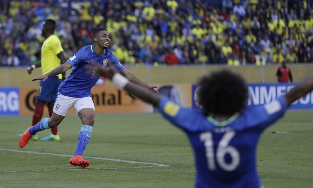 Gabriel Jesus abre os braços para comemorar seu segundo gol na vitória do Brasil sobre o Equador por 3 a 0 Ricardo Mazalan / AP