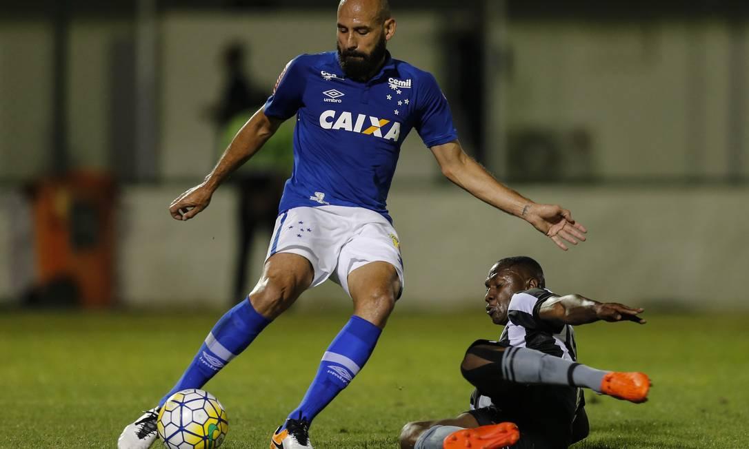 Bruno Rodrigo tenta afastar a bola, marcado por Sassá Alexandre Cassiano
