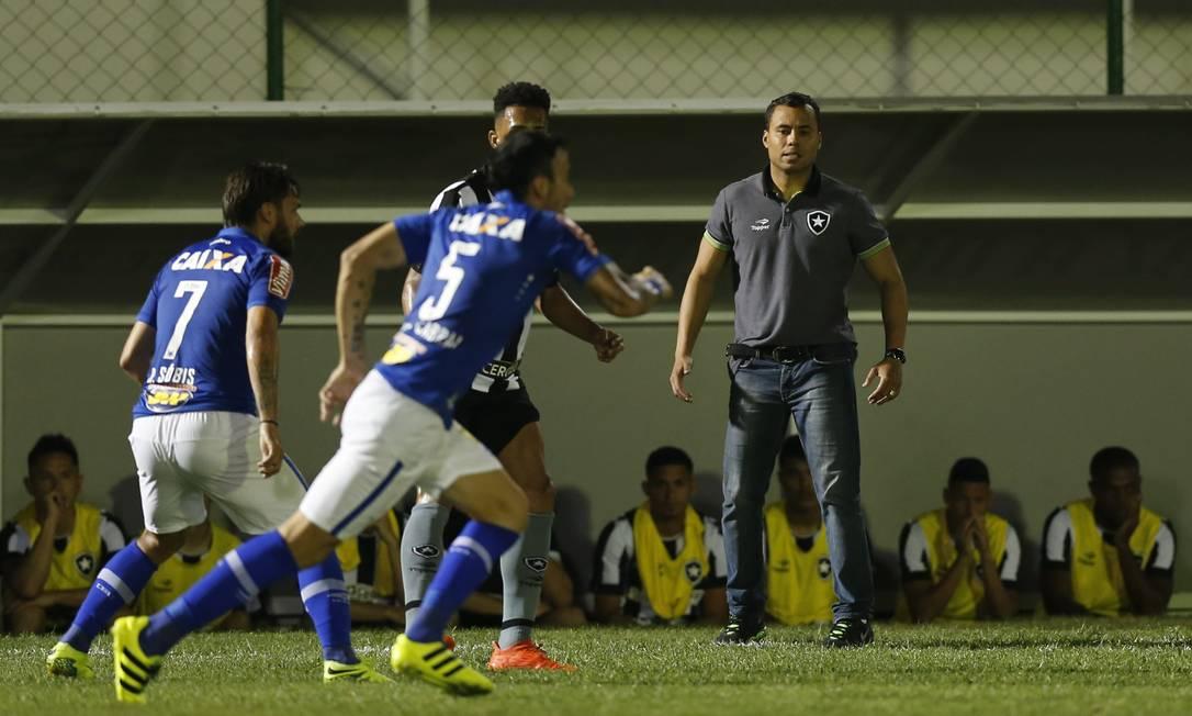 O técnico do Botafogo, Jair Ventura, observa o jogo contra o Cruzeiro Alexandre Cassiano