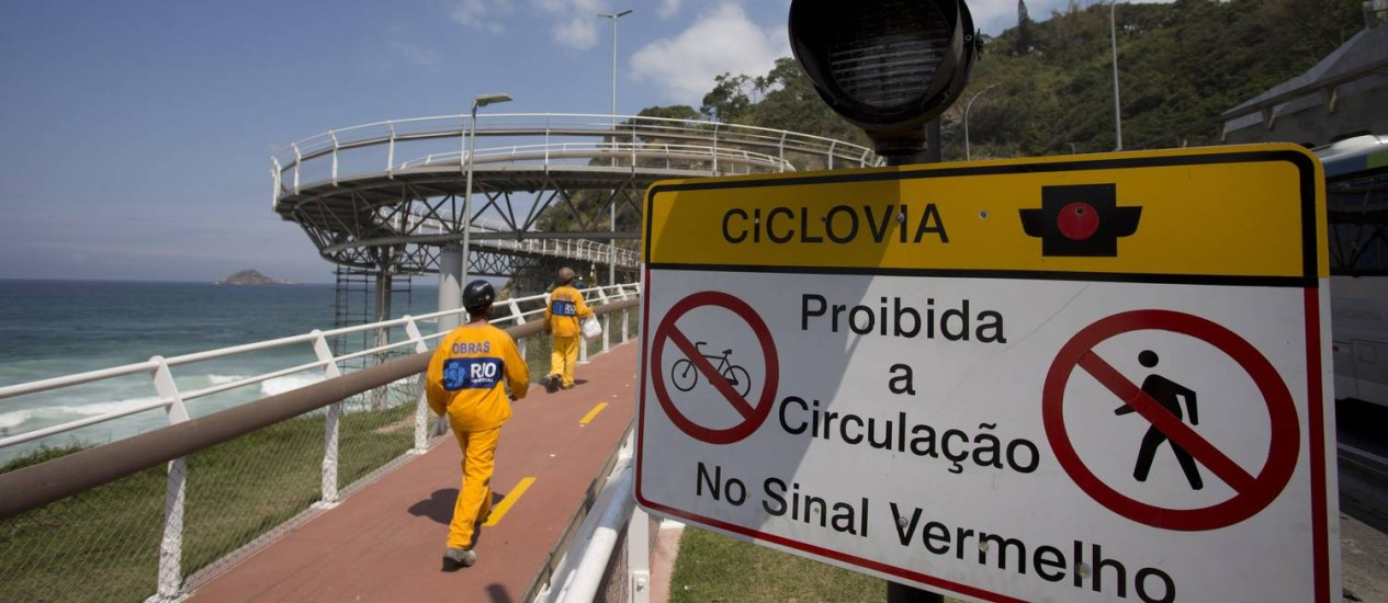 Placa e sinal luminoso no trecho da ciclovia entre São Conrado e Barra que será aberto neste sábado Foto: Márcia Foletto / Agência O Globo