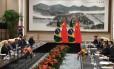 Presidente chinês Xi Jinping (à direita) recebe Temer e Meirelles