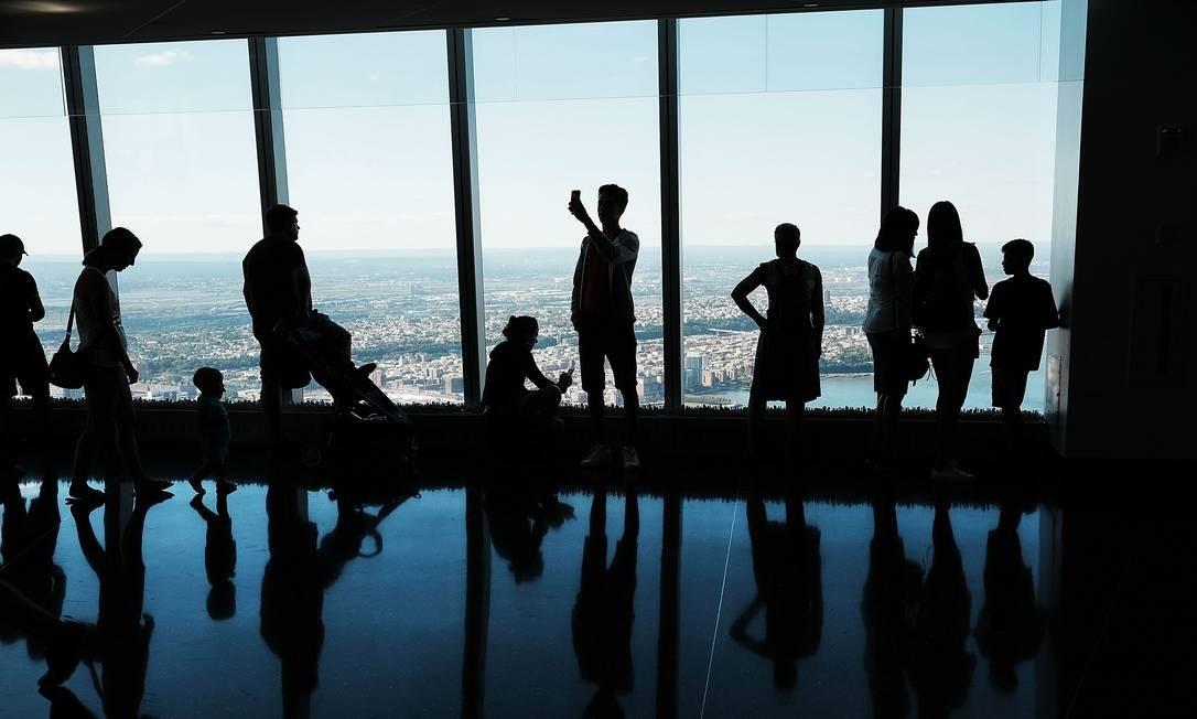 Visitantes observam Nova York do One WTC Observatory, que fica a 386 metros de altura e foi aberto ao público no ano passado Foto: Spencer Platt / AFP