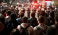 Polícia faz barreira durante manifestação contra o impeachment