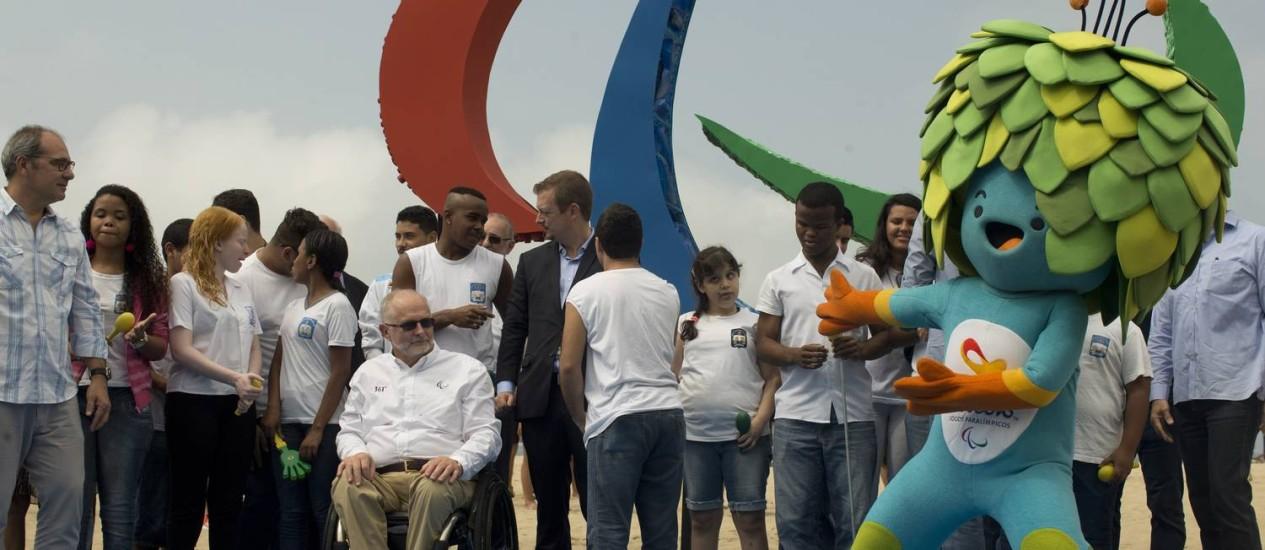Tom, mascote da Paralimpíada, pula em frente à escultura Agitos, que representam os Jogos Paralímpicos Foto: Márcia Foletto / Agência O Globo