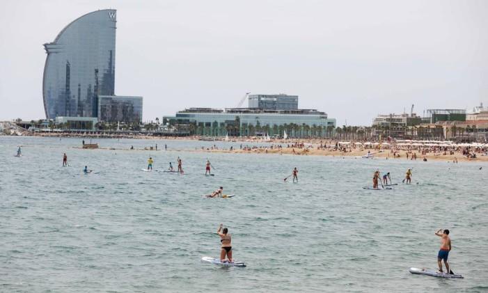 Praia de Barceloneta, em Barcelona Foto: Pau Barrena / AFP
