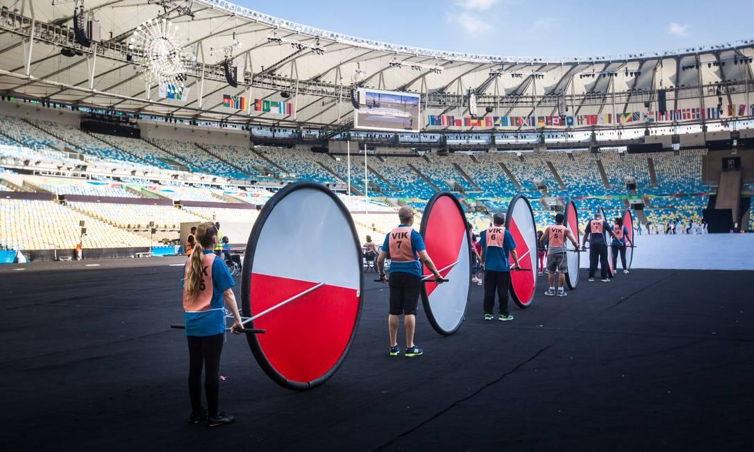 Grandes rodas vermelhas e brancas fazem parte da cerimônia de abertura da Paralimpíada Filipe Costa