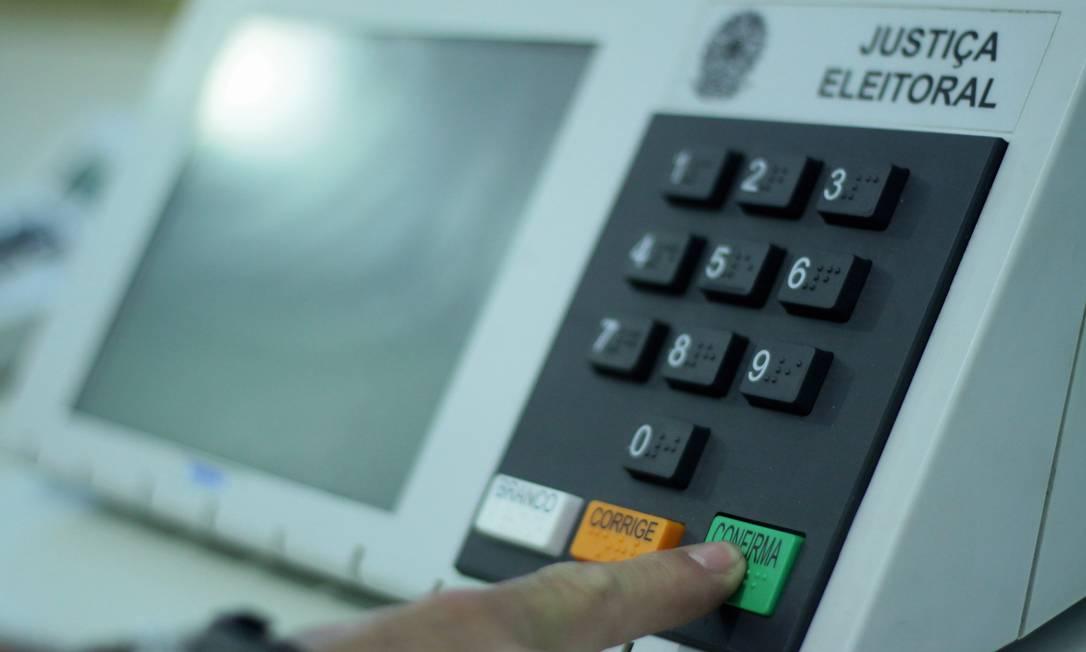 Fake news falava sobre problemas na coleta e no envio dos dados das urnas eletrônicas Foto: Pedro Kirilos / Agência O Globo / 1-10-2010