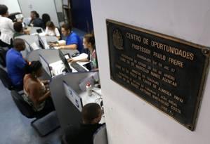 Fila. Posto do Sine no Centro do Rio. Para ter direito ao seguro, trabalhador precisa estar inscrito nas agências Foto: Custódio Coimbra / Custódio Coimbra/3-6-2016
