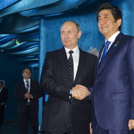 Vladimir Putin encontrou Shinzo Abe durante Fórum Econômico na Rússia Foto: Alexei Druzhinin / AP