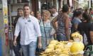 Flávio Bolsonaro durante caminhada, em Vila da Penha, na campanha à prefeitura do Rio Foto: Antônio Scorza / Agência O Globo