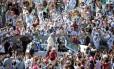 Papa Francis é recebido por multidão na Praça de São Pedro, no Vaticano, durante uma audiência do jubileu para os trabalhadores e voluntários da misericórdia