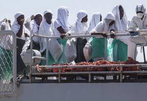 Drama. Refugiados desembarcam no porto de Augusta, na Sicília, Itália: mais de 86% das mortes no mar este ano ocorreram entre o Norte da África e a costa italiana, uma das rotas mais perigosas utilizadas na travessia mediterrânea Foto: Roberto Setton