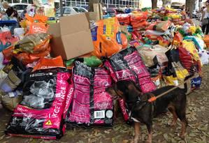 Doações de alimentos para animais em ponto tradicional da Suipa na Zona Sul Foto: Maurício Ferro