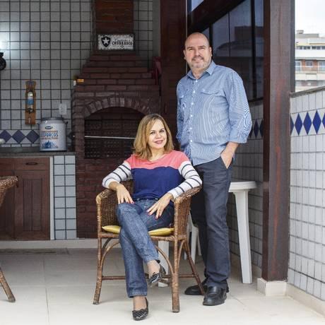 O terraço da casa da família de Jorge Luiz Coutinho (à direita) substituiu a ida a restaurante com a mulher Bernardete e o filho Pietro Foto: Daniel Marenco / Agência O Globo