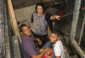 João Vicente de Souza, a mulher Renata e o filho Leonardo, de 9 anos, tiveram que desistir da compra do primeiro carro da família, depois que ele foi demitido Foto: Bárbara Lopes